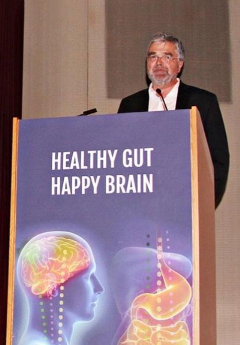 ▲ 世界的な腸と脳の権威であるエメロン・マイヤー博士(UCLA医科大学院)が「元気な腸と幸せな脳」をテーマに講義している様子