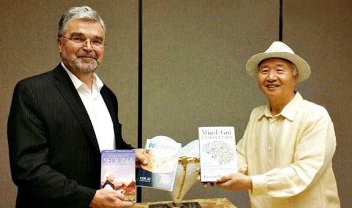 ▲ 一指 李承憲学長(右)とエメロン・マイヤー博士が互いの著書を伝えた
